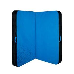 Das Bild zeigt eine Beal Air Light Bouldermatte in blau auf einem weißem Quadrat. Das Crashpad ist auseinander gefaltet sodass man die beiden Hälften gut erkennt.