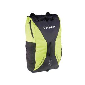 Das Bild zeigt den Camp Roxback Kletterrucksack. Der Climbing Bag steht aufrecht in Bildmitte, man sieht seine Vorderseite und erkennt das grün-schwarze Design, den zentralen Tragegriff sowie die Seitentasche und die Netztasche außen.