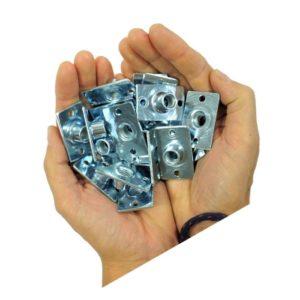 Das Bild zeigt einen Pack Flanschmutter M10 Boulderwand in zwei Handflächen.