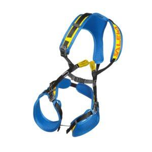 Das Bild zeigt das Kinder Klettergeschirr Salewa Rookie FB Complete Harness. Der blau gelbe Kinderklettergurt ist aufrecht und ausgebreitet in Bildmitte auf einem weißem Quadrat zu sehen. MAn erkennt alle Produktdetails wie die Bänder, Schnallen und Anseilschlaufen.