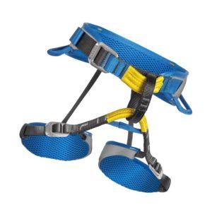Das Bild zeigt den Kinder Klettergurt Salewa Xplorer Rookie Harness. Der blau-gelbe Kindergurt steht in Bildmitte eines weißen Quadrates. Man erkennt alle produktdetails wie die Hüftschlaufe, Beinschlaufen und die gelben Anseilschlaufen.