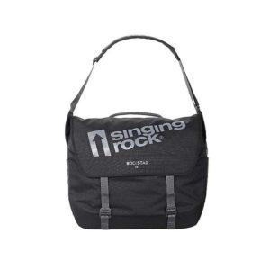 Das Bild zeigt die Klettertasche Rockstar 28 von Singing Rock. Die schwarze Tasche ist mit getsrecktem Schulterriemen in Bildmitte zu sehen. Man erkennt die Verschlussriemen, das silberne Firmenlogo und den Produktnamen.