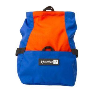 Das Bild zeigt das Metolius Chalk n´Roll Boulder Chalkbag in blau-orange. Man erkennt die Front Tasche, die Bürsten Halterungen, den Top Verschluss sowie das Metolius Logo.
