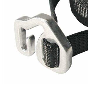Das Bild zeigt die schnalle des Quick Release Belt Metolius. Der schwarze Gürtel für Magnesiumbeutel ist mit seiner silbernen Schnalle in Bildmitte zu sehen.