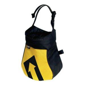Das Bild zeigt das gelb-schwarze Singing Rock Boulder Bag. Man erkennt die Form des Chalk Bags, den Trageriemen und das Logo.