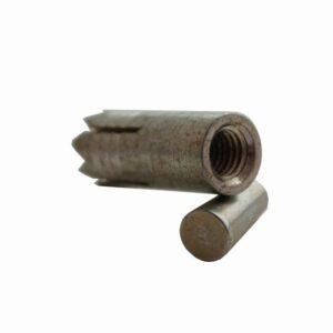 Das Bild zeigt den Spit M8 verzinkt. Einen dunkelgrauen, selbstbohrenden Anker bestehend aus dem Anker und einem kleinen Spreizkegel. Das Produkt liegt in Bildmitte und man erkennt alle seine Details wie die Zacken an der Spitze und den Klegel.