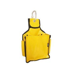Das Bild zeigt den Tool Bag Singing Rock. Der gelbe Bag aus dickem Polymar Kunststoff steht aufrecht in Bildmitte. In der Anhängelasche ist ein silberner Karabiner eingehängt.
