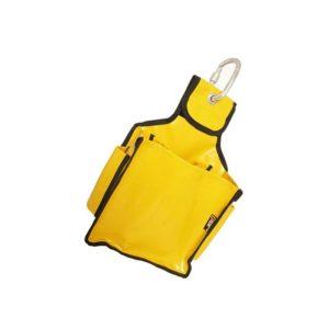 Das Bild zeigt den Tool Bag Singing Rock. Der gelbe Bag aus dickem Polymar Kunststoff steht schräg in Bildmitte. In der Anhängelasche ist ein silberner Karabiner eingehängt.