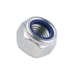 Das Bild zeigt eine selbstsichernde Mutter M12 A4 Stahl. Sie ist in Bildmitte auf einem weißem Quadrat zu sehen, man erkennt die blaue Polyamid Ringeinlage welche ein Drehen verhindert.