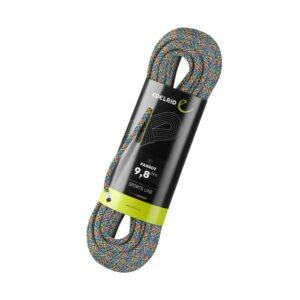 das Bild zeigt ein Edelrid Parrot 9,8mm Einfachseil. Das aufgerollte Seil steht aufrecht in Originalverpackung in der Mitte eines weißen Quadrates. Man erkennt den bunten Seilstrang und das schwarz-grüne Verpackungslabel.