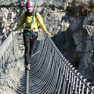 Das Bild zeigt eine Tibetan Bridge über eine Schlucht an einem Klettersteig.
