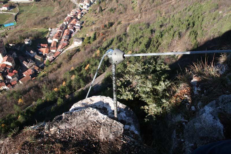 Das Bild zeigt eine eingeklebte Geländerstange mit Plastik Schock Absorber auf einem Klettersteig.