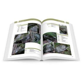 Das Bild zeigt eine Doppelseite des Alpen en Bloc 1 Boulderführer mit acht Fotos von Felsblöcken und Beschreibungen aller Bouderlinien darauf.