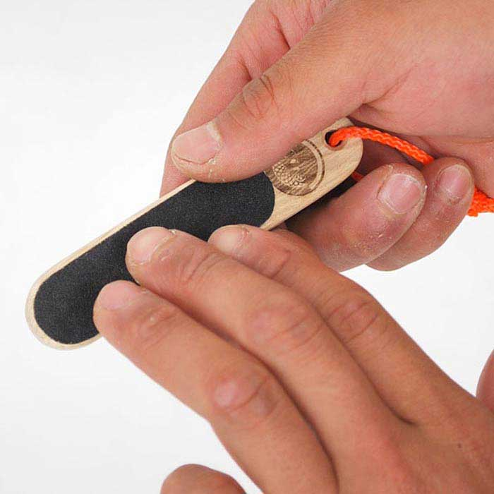 Das Bild zeigt das Boulder Zubehör HAutfeile bei der Anwendung. MAn sieht wie eine HAnd die HAutfeile hält und über einen Finger der anderen Hand reibt.