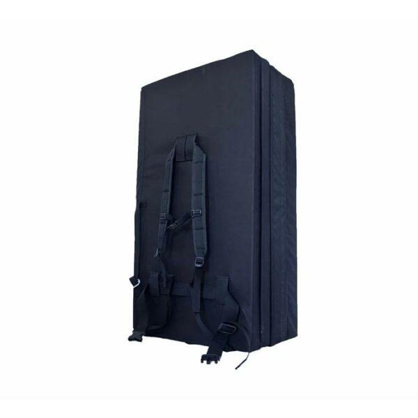 Das Bild zeigt ein schwarzes Crashpad Sofa Mantle von der Seite. Man sieht die drei Elemente und das Tragesystem.