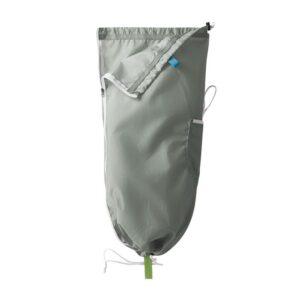 Das Bild zeigt den grauen Edelrid Tillit Seilsack. Er hängt wie bei der richtigen Anwendung vertikal in Bildmitte. Man erkennt seine Funktionsweise und die Kordeln und Aufhängeschlaufe.