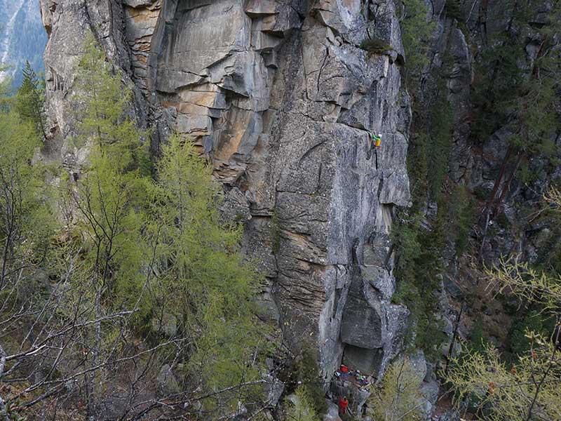 Das Bild zeigt eine Seilschaft beim Trad Klettern an einem grauem Granitfelsen.