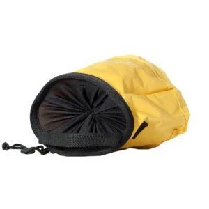 Das Bild zeigt das gelbe MAntle Boulder Bag von der Seite. MAn sieht die Top Öffnung und den Kordel Zug.