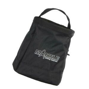 Das Bild zeigt das Mantle Boulder Bag schwarz. Man erkennt das Chalkbag mit dem weißem Logo sowie den Trageriemen.