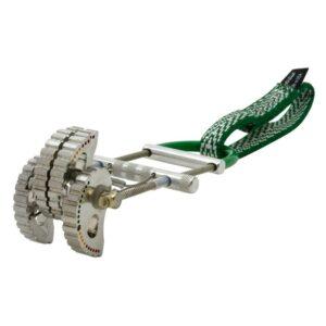 Das Bild zeigt einen Metolius Ultralight Power Cam mit silbernen Klemmsegmenten und grüner Bandschlinge.