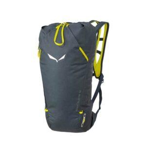 Das Bild zeigt die Vorderseite des Salewa Apex Climb 18 Kletterrucksack. MAn sieht den grauen Bag und die gelben Reißverschlüsse, sowie die Trageriemen und die Seilfixierung am Top.
