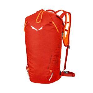 Das Bild zeigt den feuerroten Salewa Apex Climb 25 Kletterrucksack von vorne. Man erkennt den Rucksack, das weiße Salewa Logo und die Trageriemen.