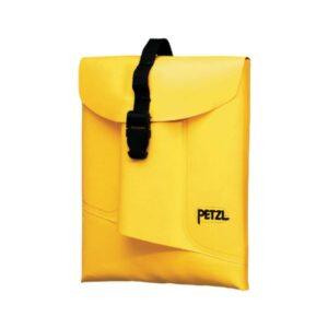 Das Bild zeigt einen gelben Petzl Boltbag. Die Werkzeugtasche liegt in Bildmitte eines weißen Quadrates, man erkennt den Klipp VErschluss außen und das Petzl Logo.