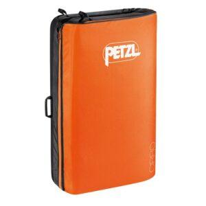 Das Bild zeigt das Petzl Cirro Crashpad in geschlossenem Zustand. Man sieht die orange Oberseite mit dem weißem Petzl Schriftzug.