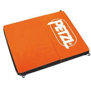 Das Bild zeigt das Petzl Cirro Crashpad in geöfnetem Zustand. Man sieht die orange Oberseite mit dem weißem Petzl Schriftzug.