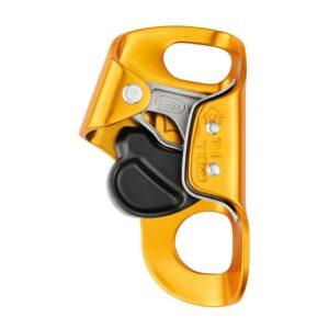 Das Bild zeigt die orange Petzl Croll Bruststeigklemme. Man erkennt die Form, die Klemmnocken und eingravierten Symbole im Alu RAhmen sowie den schwarzen Sicherheitsriegel zum Öffnen und Schließen.