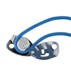 Das Bild zeigt ein blaues Seil in einem grauem Sicherungsgerät.