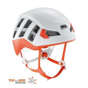 Das Bild zeigt einen orangen Petzl Meteor Kletterhelm von der Seite. Man erkennt alle Produktdetails wie Belüftung, Kinnriemen und Verstellräder.