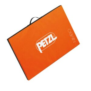 Das Bild zeigt das Petzl Nimbo Sitzstart Pad. Man sieht die orange Oberseite mit weißem Petzl Schriftzug und dem Produktnamen im rechten Eck der Matte. Oberhalb die schwarze Trageschlaufe.