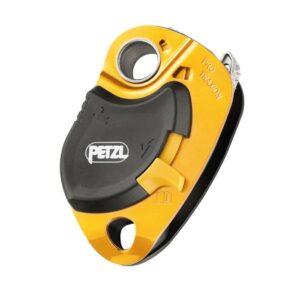 Das Bild zeigt eine gelb-schwarze Petzl Pro Traxion Umlenkrolle mit Rücklaufsperre. Man erkennt alle Details und den weißen Petzl Schriftzug.