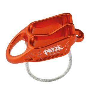 Das Bild zeigt das Petzl Reverso Sicherungsgerät in der Farbe rot von schräg oben. MAn erkennt die beiden Sicherungsrillen, das weiße Logo, die eigravierten Symbole sowie die Absturzsicherung.