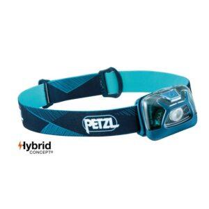 Das Bild zeigt die blaue Petzl Tikka Stirnlampe mit der Lampe rechts und dem Batterieteil links.