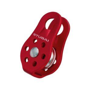 Das Bild zeigt eine rote Mini Seilrolle Stubai Rotafix mit silberner Rolle. Die Karabineröse steht nach oben.