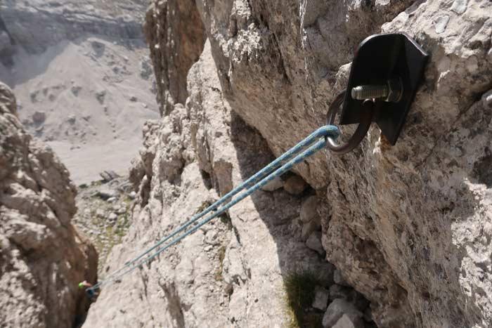 Das Bild zeigt zum Thema Abseilstelle einrichten, ein Seil in einem einzelnen Abseilring.