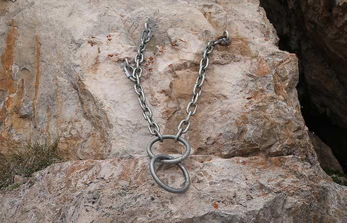 Das Bild zeigt zwei riesige Stahlringe an einer Kette bei einer in den Dolomiten eingerichteten Abseilstelle.