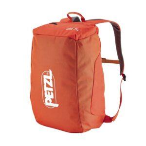 Das Bild zeigt den orangen Petzl Kliff Kletterrucksack. Er steht aufrecht in Bildmitte, man sieht den gepackten Petzl Seilsack mit dem Logo auf der Vorderseite.