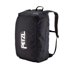 Das Bild zeigt den schwarzen Petzl Kliff Kletterrucksack. Er steht aufrecht in Bildmitte, man sieht den gepackten Petzl Seilsack mit dem Logo auf der Vorderseite.